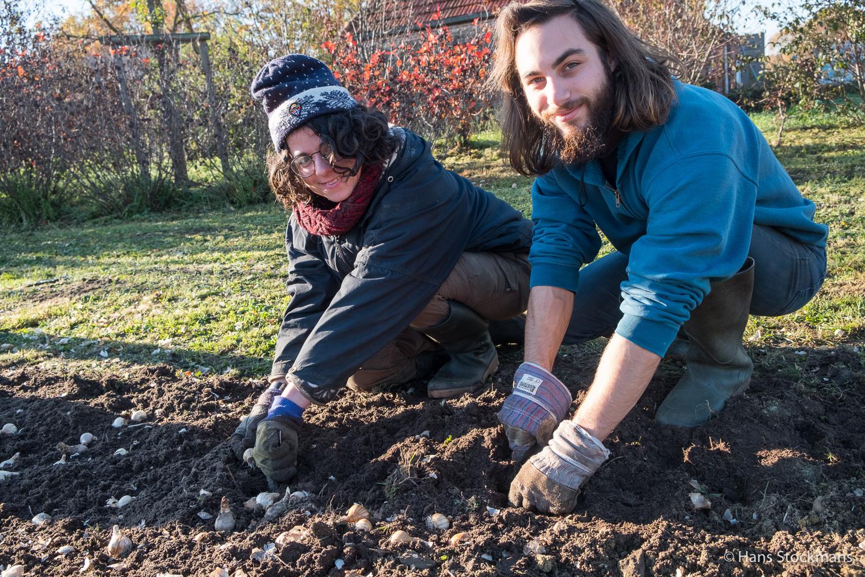 Vrijwilligers Laetitia en Leo.