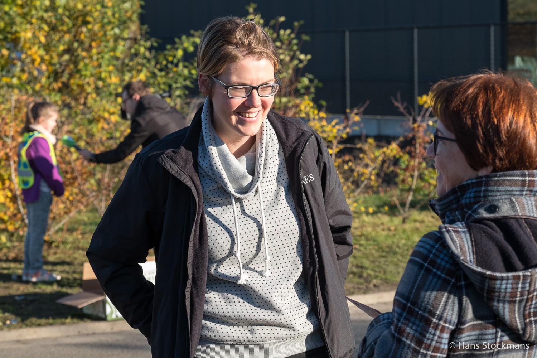 In gesprek met Igna terwijl op de achtergrond een reporter een van de leerlingen interviewt.