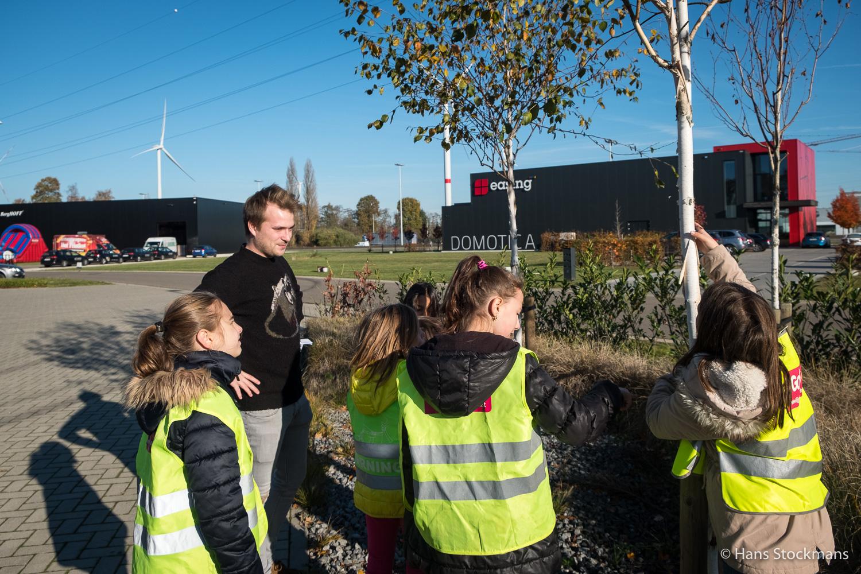 Welke boom is dit? De kinderen ontdekken het tijdens de fotozoektocht begeleid door Freek.
