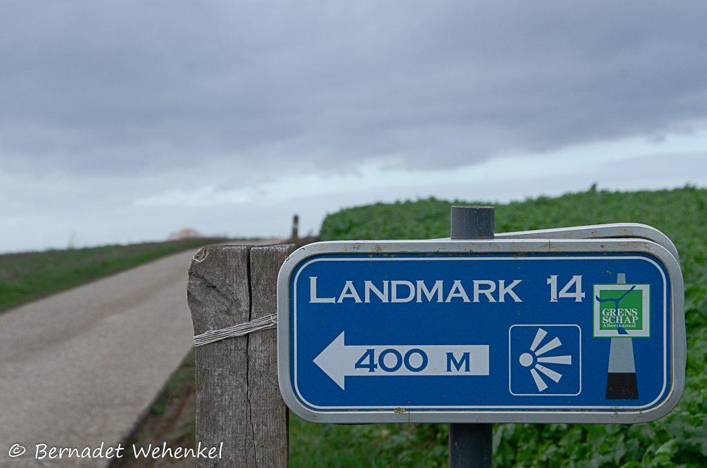 Wegwijzer naar het uitkijkpunt op de Tiendeberg in Kanne.