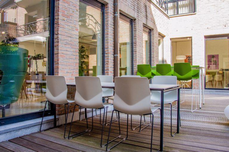 Terrasmeubels aan de Hasseltse showroom van Four Design.