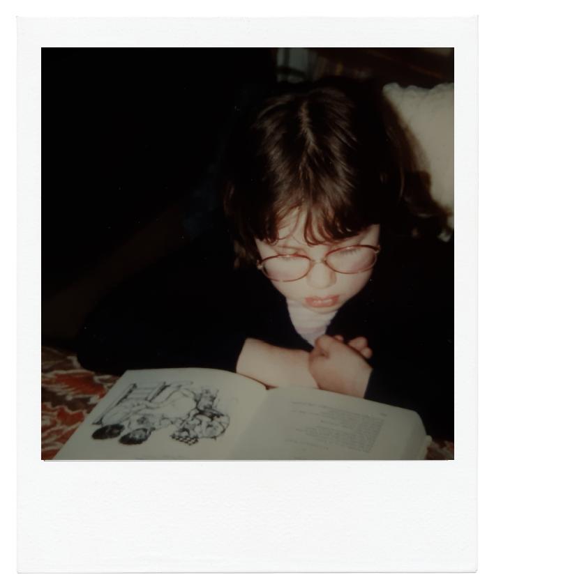 Bernadet Wehenkel als kind, met haar neus in een boek.