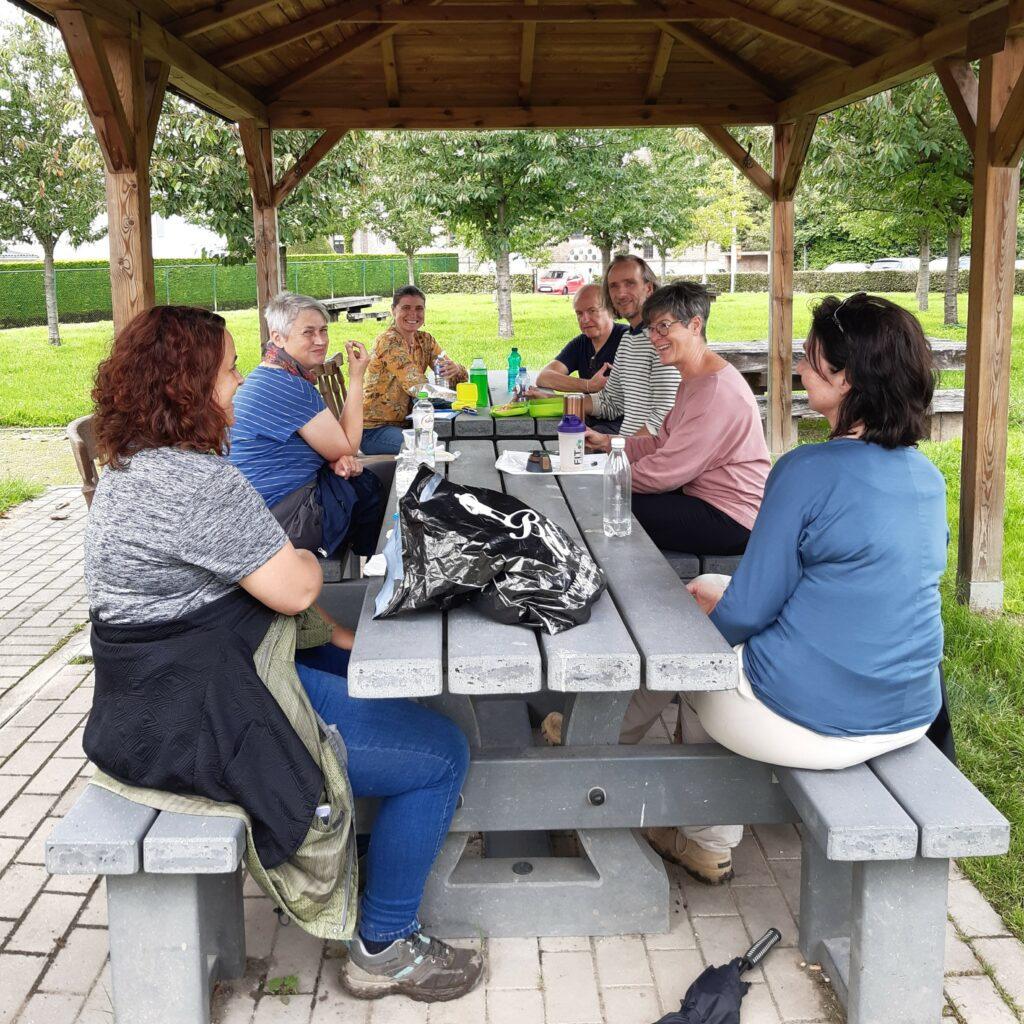 Picknick in groep na de Netwerkwandeling in Mettekoven op 10/08/21.